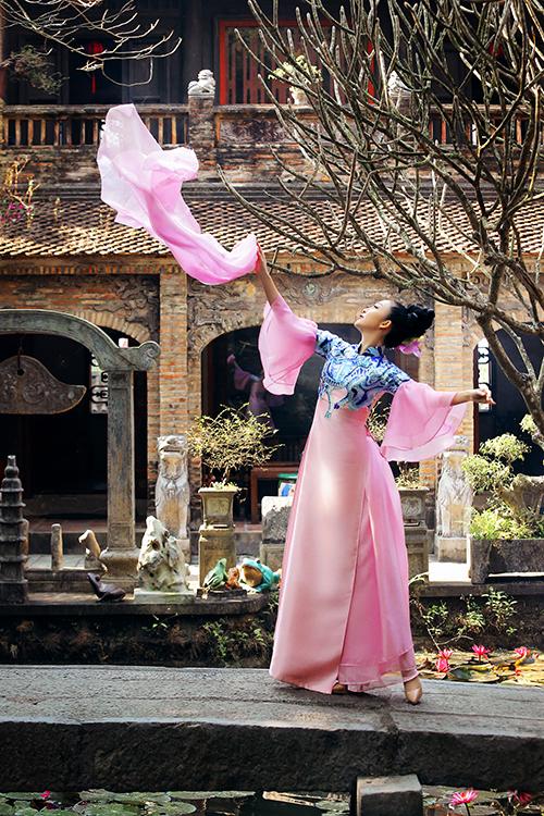 Linh Nga uyển chuyển với những động tác múa nhẹ nhàng trong tà áo dài truyền thống.