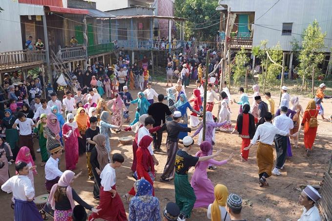 Cảnh lễ hội người Chăm trong phim.