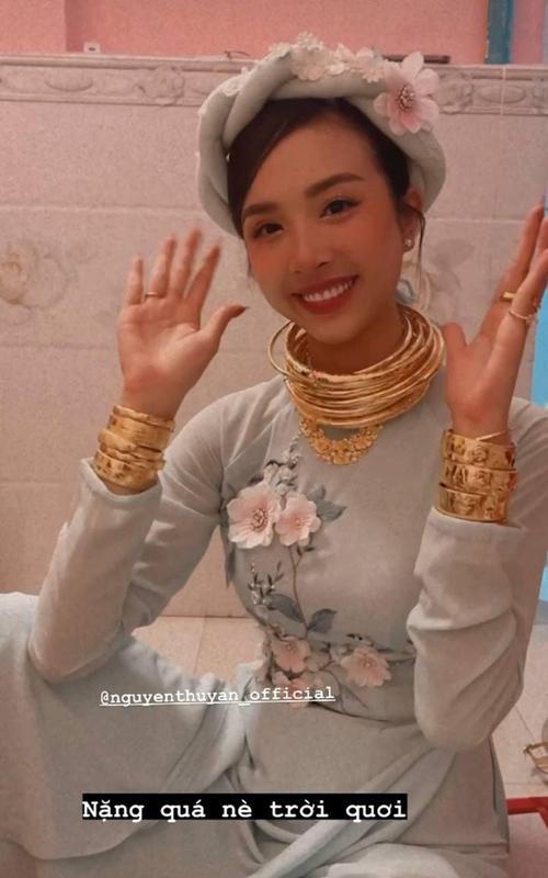 Ước tính số lượng vòng kiềng vàng của Thúy An khoảng 10 chiếc, 1 vòng cổ, 10 lắc tay và nhiều nhẫn vàng, nhẫn cưới đeo kín tay.