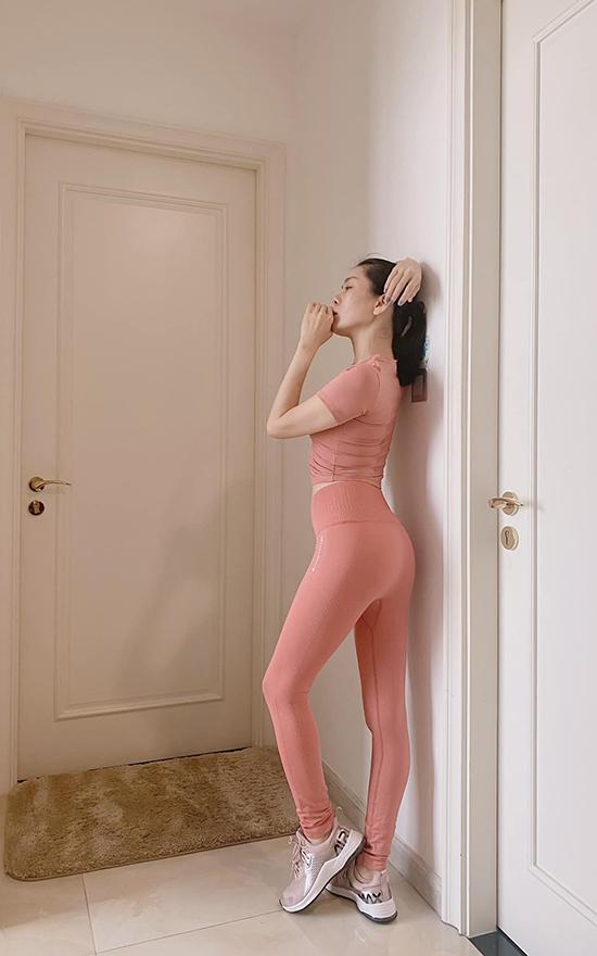 Lệ Quyên rất chăm chỉ luyện tập để giữ gìn và cải thiện vóc dáng. Bận rộn chạy show, cô cũng không quên việc phải duy trì vận động mỗi ngày. Nếu không thể đến phòng gym, cô sẽ tập tại khách sạn hoặc ở nhà.