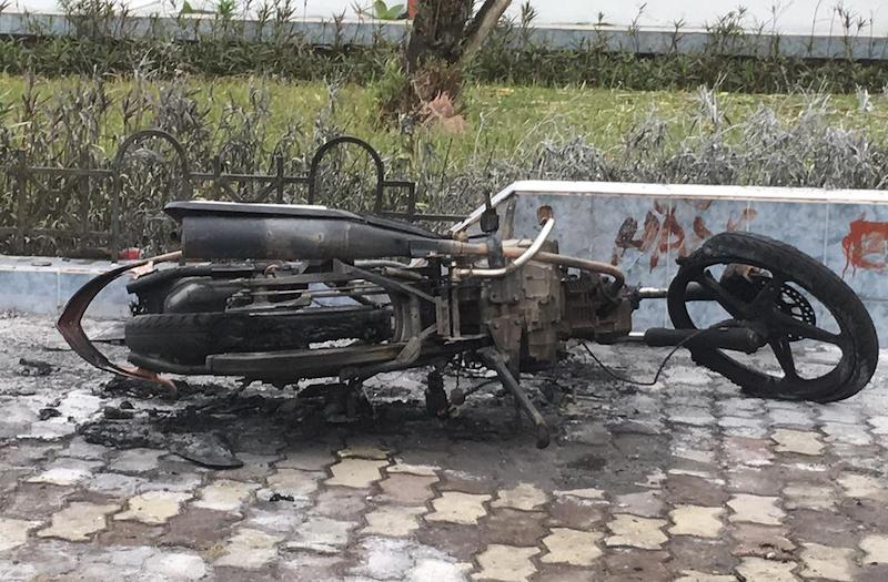 Chiếc xe máy bị Trung đốt cháy trơ khung.