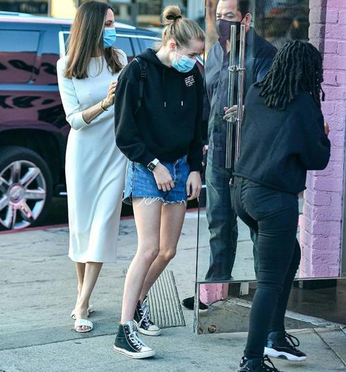 Nhiều thông tin cho rằng Shiloh là người chuyển giới dù Angelina và Brad không xác nhận. Giờ đây khi bước vào tuổi teen, Shiloh trở lại phong cách nữ tính. Cô bé trông rất giống mẹ thuở xưa từ gương mặt tới vóc dáng và đôi chân thon dài.