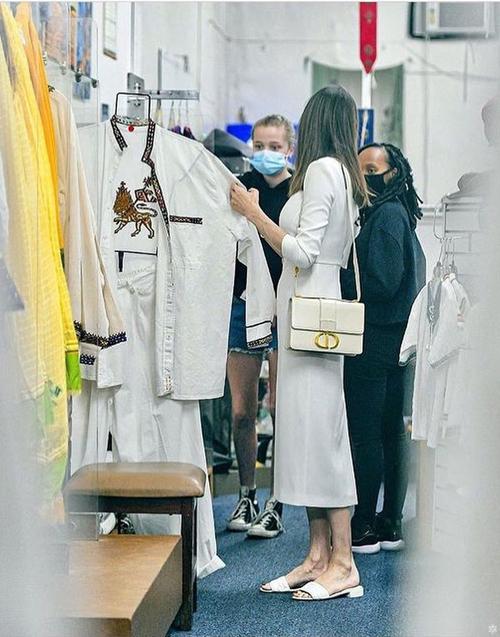 Bà Smith thanh lịch trong bộ đầm trắng kết hợp với túi Dior và sandal Fendi cùng tông màu.