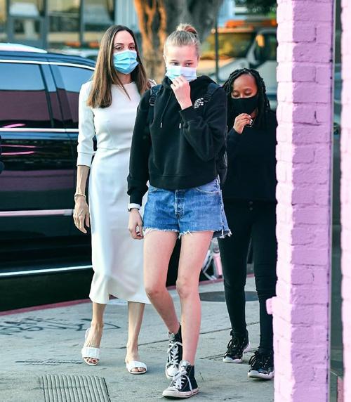 Trước đây con gái ruột đầu lòng của Angelina và Brad Pitt luôn cắt tóc như con trai và mặc đồ nam giới. Lúc bé, Shiloh thậm chí còn mặc lại đồ của anh trai nuôi người Việt Nam là Pax Thiên. Cô bé đòi mọi người trong nhà gọi mình là John.
