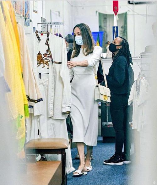 Ba mẹ con Angelina vào cửa hàng của một nhà thiết kế người Ethiopia - đồng hương của cô con gái nuôi Zahara.