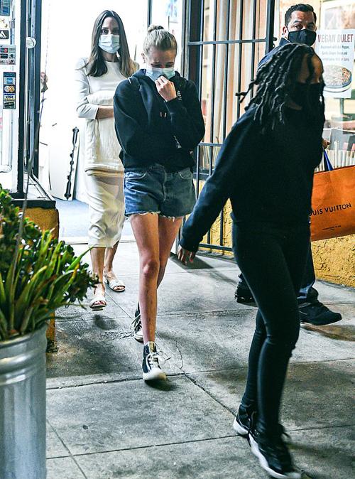 Jolie và hai con đeo khẩu trang trong suốt buổi mua sắm, đảm bảo an toàn phòng dịch Covid-19 khi Los Angeles đang ngày càng gia tăng ca nhiễm.