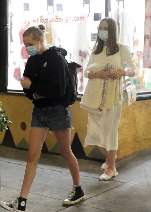Jolie mua cho con gái nuôi bộ trang phục truyền thống tại cửa hàng. Cô và 6 người con hiện vẫn cách ly tránh dịch tại biệt thự của gia đình ở Los Angeles.