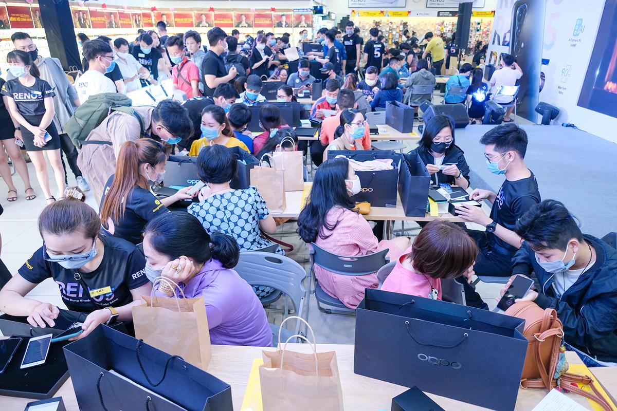 Sáng 10/1, Oppo bắt đầu mở bán smartphoe Reno5 tại Việt Nam. Ngay từ sáng sớm, hàng trăm khách hàng đã có mặt tại các cửa hàng để có cơ hội trở thành những người đầu tiên sở hữu smartphone mới nhất của Oppo.