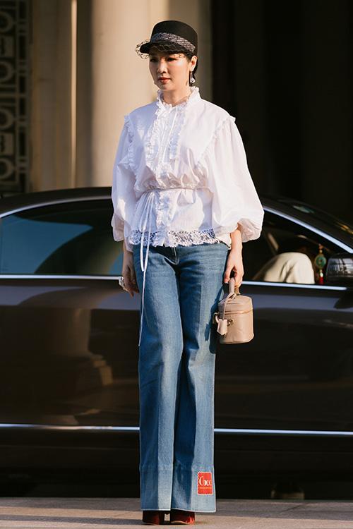 Giáng My diện áo blouse mang phong cách cổ điển, quần jeans ống suông đơn giản khi tập catwalk tại Bảo tàng TP HCM.