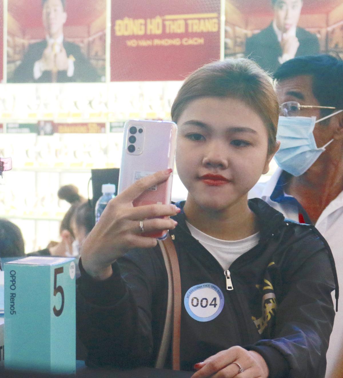 Bạn trẻ Thanh Mai (19 tuổi) sau khi trải nghiệm Reno5 đánh giá cao camera cho ra những bức ảnh có màu đẹp, nhất là khi selfie. Tính năng quay video phơi sáng kép là thứ mình thích và hài lòng nhất, rất phù hợp để mình đăng tải lên mạng xã hội, Thanh Mai chia sẻ.