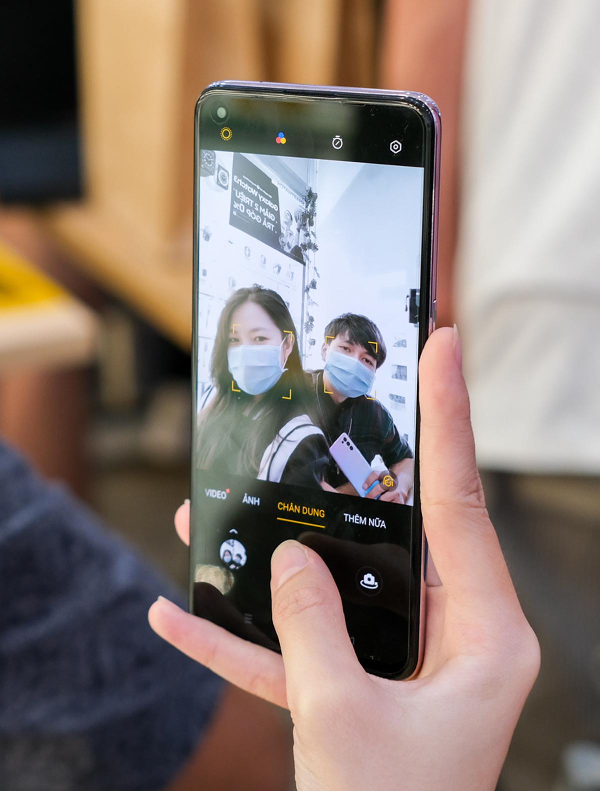 Điểm nổi bật của Reno5 là bộ 4 camera sau 64 magepixel và camera selfie 44 megapixel mang đến nhiều trải nghiệm nhiếp ảnh di động độc đáo, mới lạ như quay video phơi sáng kép, video hiển thị kép và video siêu quay đêm.