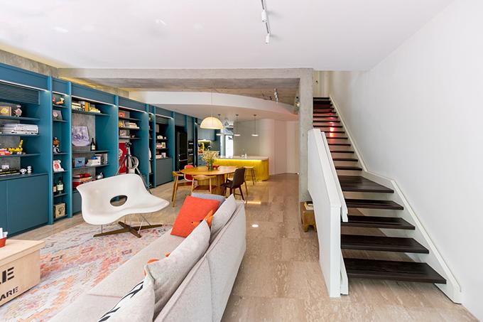 Khu vực cầu thang dẫn lên tầng 2 của căn hộ.