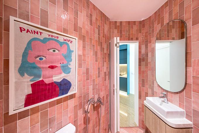 Phòng tắm kiêm vệ sinh sử dụng tông màu trẻ trung tạo sự mềm mại, nhẹ nhàng.