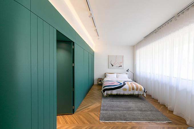Tại tầng 2 là các không gian riêng tư như phòng ngủ, phòng học... Sự liền mạch, liên tục của khối tủ là không thể thiếu trong việc kết nối, gắn kết không gian.