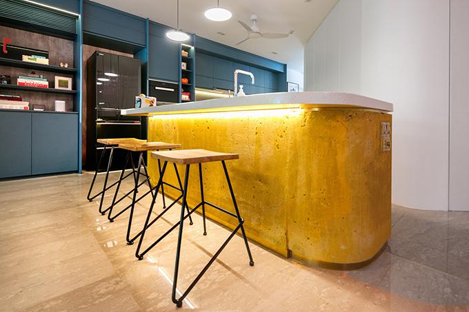 Bàn đảo tích hợp bồn rửa để tạo sự tiện nghi khi sử dụng.