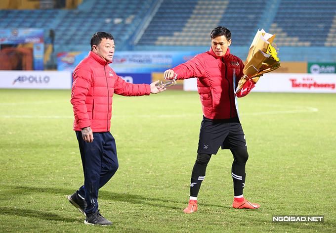 HLV Trương Việt Hoàng và thủ môn Nguyên Mạnh đại diện cho CLB Viettel lên nhận phần thưởng từ ban tổ chức sau khi thua Hà Nội 0-1 ở trận tranh Siêu Cup Quốc gia 2020 chiều 9/1. Phần thưởng cho đội bóng quân đội là 200 triệu đồng.