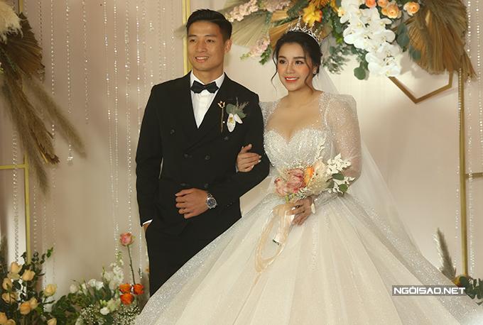 Tối 10/1, Bùi Tiến Dũng cùng bà xã Khánh Linh tổ chức tiệc cưới tại một khách sạn 5 sao ở Hà Nội. Cô dâu Khánh Linh tươi tắn khoác vai chú rể đẹp trai đứng tiếp đón các khách mời.