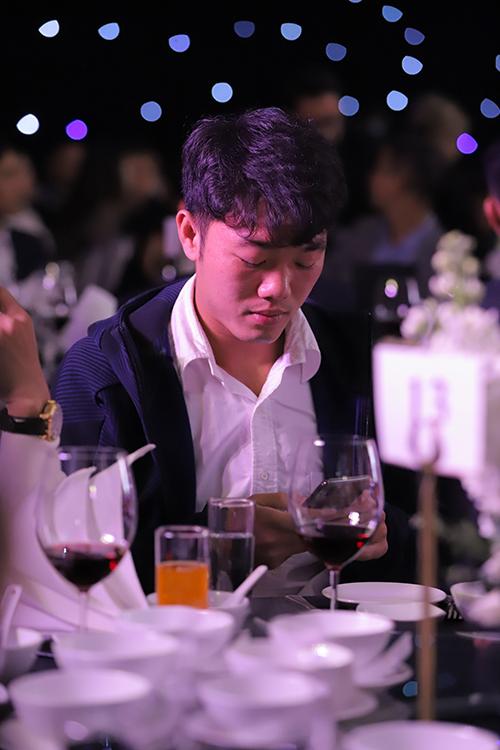 Xuân Trường ngồi xem điện thoại tại bàn tiệc trước khi buổi lễ bắt đầu. Ảnh: Sapia Wedding.