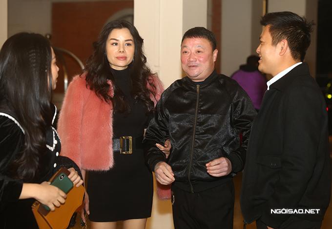HLV Trương Việt Hoàng cùng bà xã Lệ Quyên đến chúc mừng học trò ở CLB VIettel.