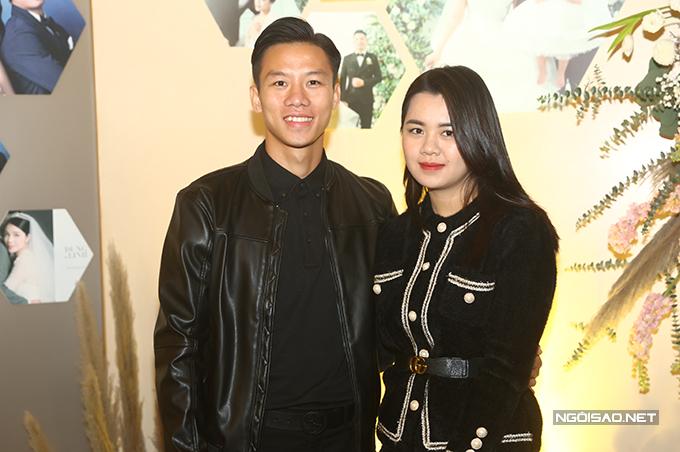 Bà xã Dương Thuỳ Phương của trung vệ Quế Ngọc Hải từ  Nghệ An ra Hà Nội để cùng anh dự tiệc cưới Tiến Dũng.
