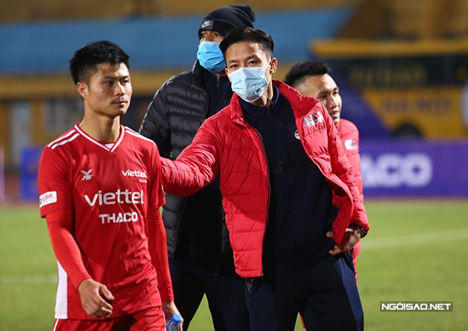 Quế Ngọc Hải xuống sân an ủi các đồng đội. Trung vệ xứ Nghệ không thi đấu ở trận đấu này do chưa bình phục chấn thương.