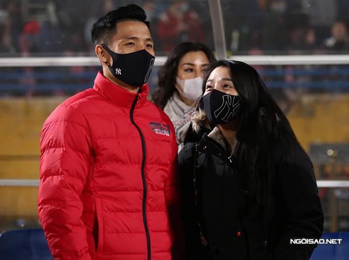 Trong khi đó, Bùi Tiến Dũng xuống sân cùng bà xã Khánh Linh. Anh không tham gia trận này bởi thể lực không đảm bảo do