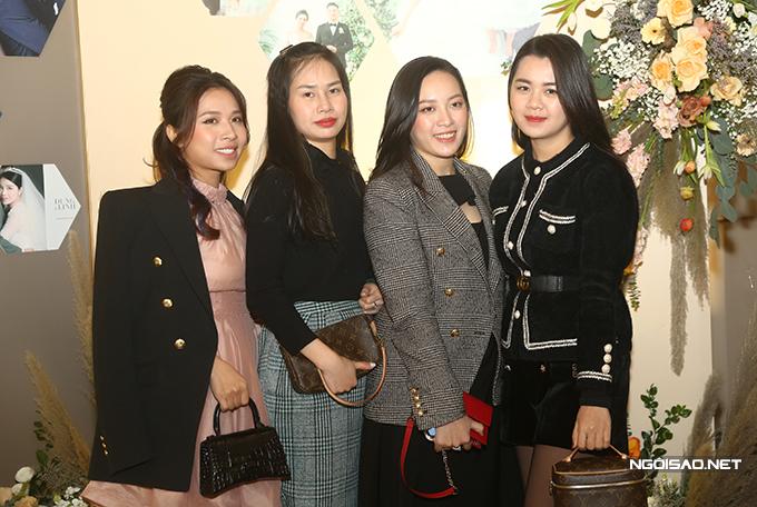 Vợ Quế Ngọc Hải chụp ảnh lưu niệm cùng dàn WAGs xứ Nghệ.