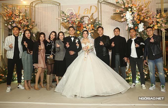 Nhóm cầu thủ Viettel Quế Ngọc Hải, Khắc Ngọc, Nguyên Mạnh cùng nửa kia chụp ảnh lưu niệm cùng vợ chồng Bùi Tiến Dũng.