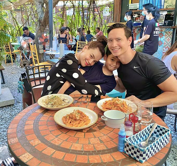 Hồ Ngọc Hà trốn hai con song sinh đi ăn cùng ông xã Kim Lý và con trai lớn Subeo ngày cuối tuần tại một quán ăn ở quận 2, TP HCM.