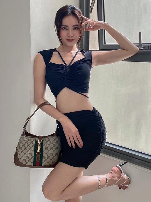 Trang phục giúp Ninh Dương Lan Ngọc khoe eo thon nhỏ xinh.