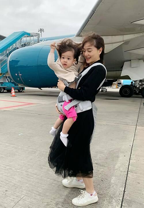 Lan Phương dựng con gái dậy từ lúc 5h sáng để ra sân bay.