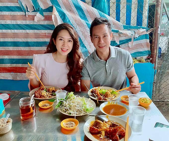 Vợ chồng Lý Hải - Minh Hà thưởng thức món bánh tằm cay sau 6 năm có dịp quay lại Cà Mau.