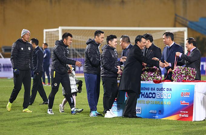 Các thành viên của CLB Hà Nội vui vẻ nhận huy chương sau chiến thắng 1-0 trước Viettel ở trận tranh Siêu Cup Quốc gia 2020 chiều qua 9/1. Đây là lần thứ 4 đội bóng thủ đô giành danh hiệu này sau các năm 2010, 2018 và 2019.