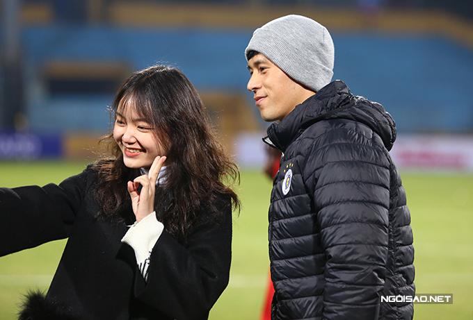 Trần Đình Trọng được nhiều fan nữ tiếp cận xin chụp ảnh. Trung vệ 23 tuổi ngồi dự bị ở trận này.
