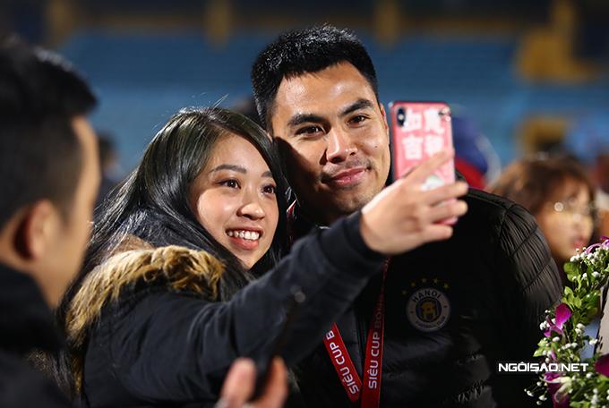 Tiền vệ Đức Huy chụp cùng fan nữ xinh đẹp.