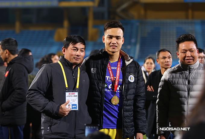 Bùi Hoàng Việt Anh đang nổi lên như một ngôi sao mới của CLB Hà Nội. Anh đang là chủ nhân của danh hiệu Cầu thủ trẻ hay nhất V-League 2020.