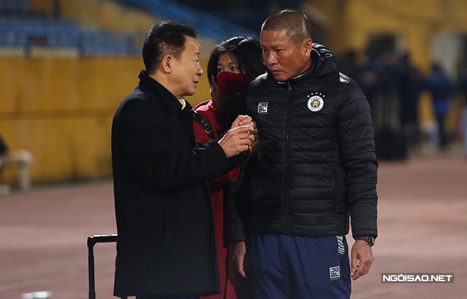 Trong khi học trò ăn mừng, HLV Chu Đình Nghiêm lắng nghe chỉ đạo từ bầu Hiển. Ở mùa giải năm nay, Hà Nội tiếp tục đặt mục tiêu vô địch cả V-League và Cup Quốc gia.