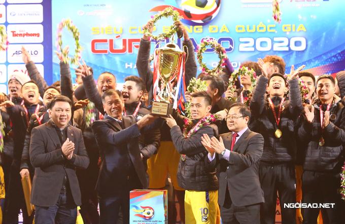 Đội trưởng Văn Quyết nâng cao Cup vô địch. CLB Hà Nội nhận được 300 triệu tiền thưởng từ ban tổ chức.
