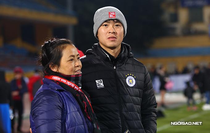 Đỗ Duy Mạnh cùng mẹ đứng chờ để được chụp ảnh cùng Cup. Trung vệ sinh năm 1996 không có tên trong danh sách đăng ký thi đấu ở trận này vì chấn thương.