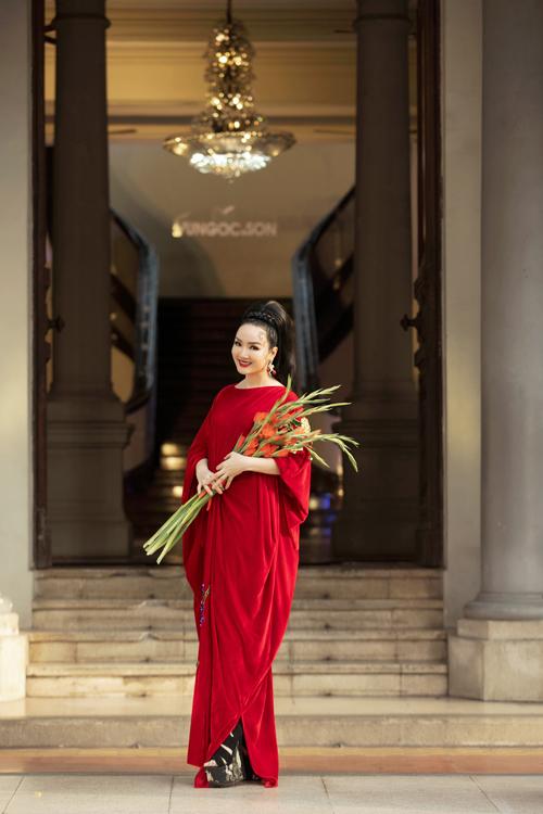 Giáng My diện váy nhung được đính kết hoa lay ơn làm chủ đạo. Hoa hậu nhận được nhiều lời khen ngợi từ dàn sao và các khách mời có mặt tại show.
