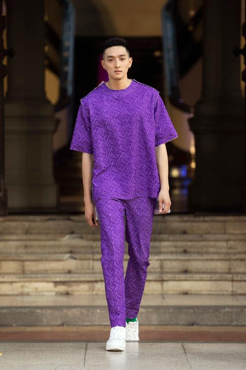 Trang phục cho nam giới cũng được tạo điểm nhấn bằng bảo màu hút mắt như xanh, đỏ, tím, vàng.