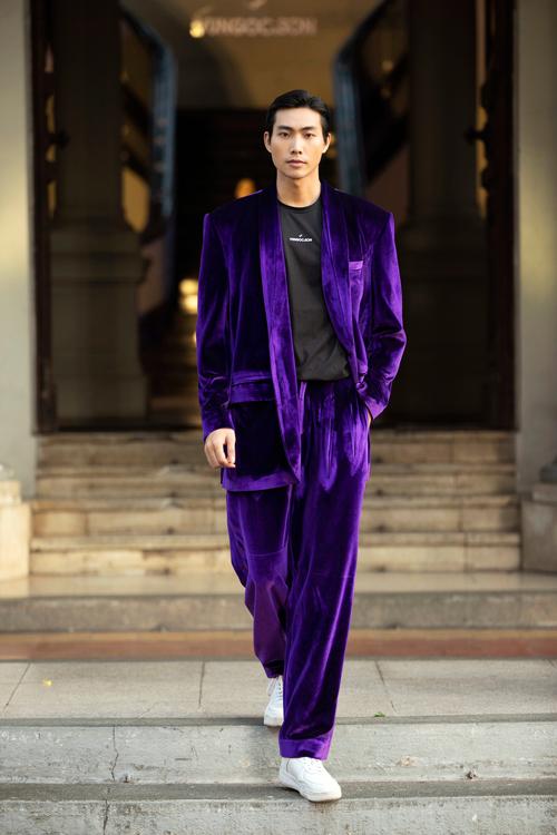 Chất liệu vải nhung bóng bẩy được đưa vào các mẫu suit dáng rộng cho cả nam và nữ.