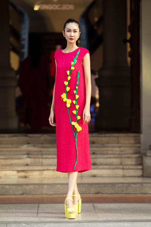 Những cành hoa lay ơn tạo khối 3D được thể hiện linh họa trên nhiều vị trí váy mùa xuân của phái đẹp.