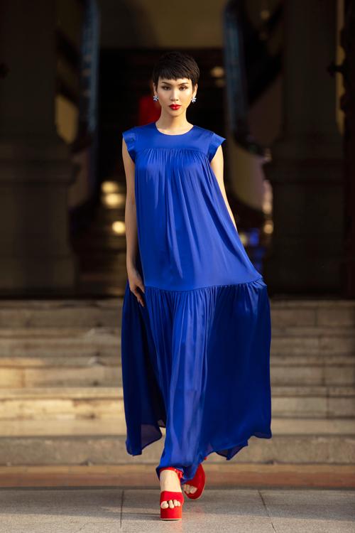 Váy lụa bay bổng và các thiết kế ứng dụng tất cả được khai thác tổng thể hoà hợp trên các sắc màu