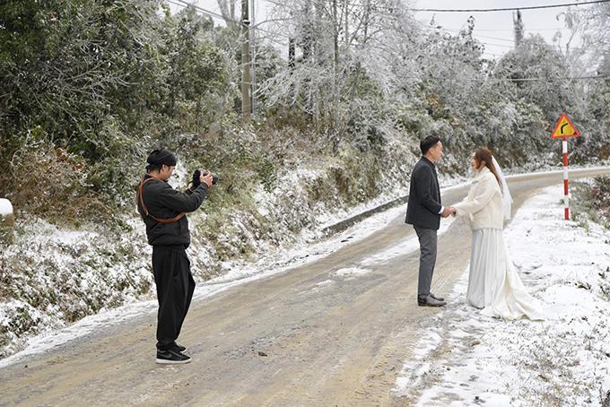 Ngay cả ekip chụp ảnh cưới cũng cho biết họ thấy rất vui khi tới được Y Tý đúng dịp xảy ra hiện tượng thời tiết hiếm gặp. Anh Nguyễn Hải Long - nhiếp ảnh gia chụp cưới cho uyên ương tiết lộ từng lên Sa Pa nhiều lần nhưng đây mới là lần đầu tiên anh được thấy tuyết.
