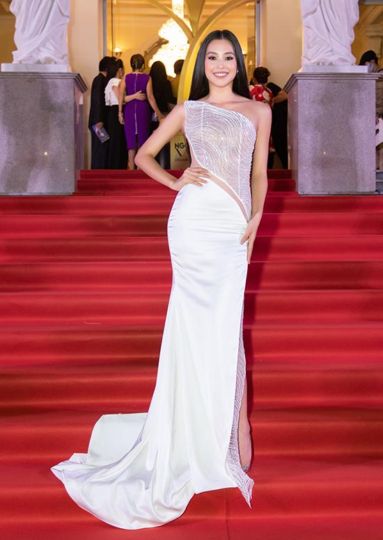 Xiêm y pha trộn chất liệu xuyên thấu do Đỗ Long thực hiện giúp hoa hậu Tiểu Vy phô diễn sắc vóc trên thảm đỏ lễ trao giải Ngôi sao xanh.