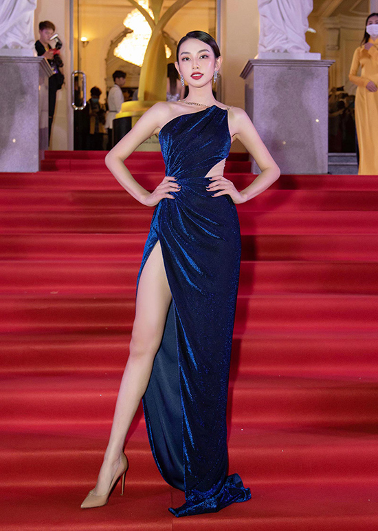 Top 5 Hoa hậu Việt Nam 2018 Thùy Tiên cuốn hút không kém trong mẫu đầm cắt xẻ sexy mà vẫn đảm bảo thanh lịch.
