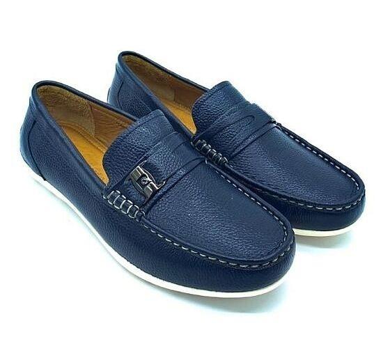 Giày lười nam Pierre Cardin PCMFWLE710BRW màu xanh navy với chi tiết khóa gài làm điểm nhấn. Đường chỉ trắng chạy viền theo mũi giày đều, gia công tỉ mỉ. Chất liệu sản xuất từ 100% da bò, nhập khẩu trực tiếp từ Italy. Đế giày màu trắng làm từ cao su tạo sự tương phản với màu xanh navy, tạo điểm nhấn cho bộ trang phục. Sản phẩm có giá 1,188 triệu đồng.