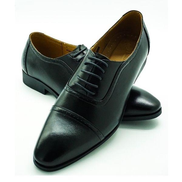 Thêm một mẫu giày tây cột dây nam Pierre Cardin PCMFWLE715BLK với cùng mức giá 1,388 triệu đồng. Kiểu dây giày cột ẩn thêm phần thanh lịch, lạ mắt cho phái mạnh. Đế cao su TPR chịu nhiệt cùng các rãnh chống trượt giúp bạn di chuyển tự tin. Mặt hông lẫn mặt trên giày đều có các lỗ thoáng khí. Chất liệu da bò thật mềm mại, không gây mùi dù mang thời gian dài.