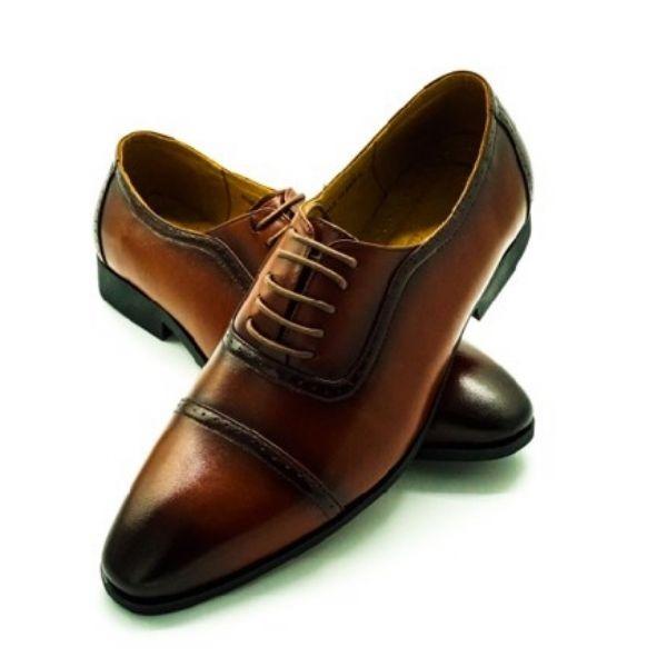 Với cùng thiết kế cột dây ẩn, mẫu giày tây nam Pierre Cardin PCMFWLE715BRW khác biệt với kiểu phối màu lạ mắt. Thiết kế phù hợp với những chàng thích sự nổi bật. Giày có thể phối cùng những bộ suit đơn sắc để thu hút ánh nhìn vào phần phụ kiện. Sản phẩm có cùng mức giá 1,388 triệu đồng.